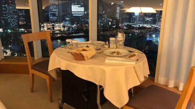 横浜ベイホテル東急のルームサービス(インルームディナー) 室内